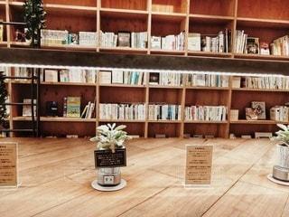 本で満たされた本棚の写真・画像素材[2905135]