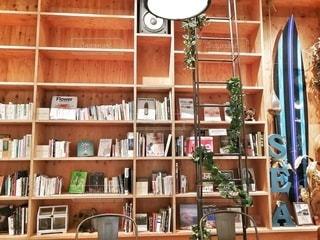 本でいっぱいの本棚のクローズアップの写真・画像素材[2911745]
