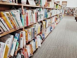 本で満たされた本棚の写真・画像素材[2916955]