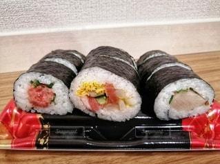 テーブルの上の寿司の写真・画像素材[2923211]