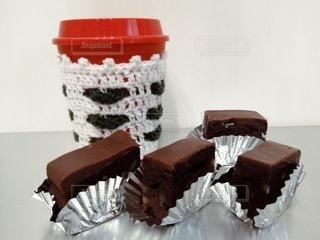 テーブルのチョコケーキとカップの写真・画像素材[2949900]