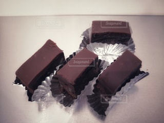 テーブルのお手製チョコレートケーキの写真・画像素材[2949899]