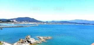 背景に山のある海の写真・画像素材[3565336]
