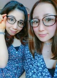 女性,友だち,2人,ファッション,アクセサリー,眼鏡,人,笑顔,顔,目,メガネ
