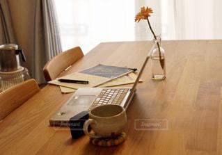 花,コーヒー,屋内,家,テーブル,ペン,休憩,パソコン,カップ,書類,デスク,仕事,作業,冊子,紙,ノマド,ノマドワーカー,花のある生活,資料,データ,在宅ワーク