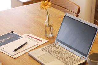 コーヒー,屋内,スマホ,家,テーブル,ペン,休憩,書類,ペーパー,仕事,作業,冊子,紙,ノマド,ノマドワーカー,花のある生活,資料,データ