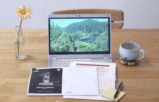 コーヒー,屋内,木,家,テーブル,ペン,休憩,パソコン,カップ,書類,ペーパー,仕事,作業,冊子,紙,ノマド,ノマドワーカー,花のある生活,資料,データ