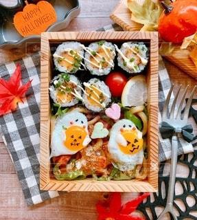 テーブルの上の食べ物の写真・画像素材[2764083]