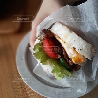 紙皿の上に座っているサンドイッチの写真・画像素材[3649608]