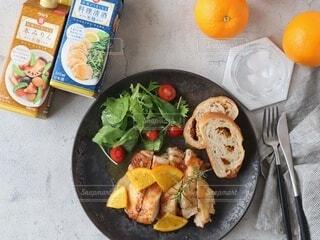 食べ物,食事,パン,果物,野菜,食器,サラダ,肉,鶏肉,チキンステーキ,主食,オレンジソース,料理酒,本みりん
