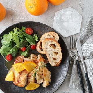 食べ物,食事,パン,デザート,テーブル,果物,野菜,皿,食器,サラダ,肉,鶏肉,菓子,チキンステーキ,主食,オレンジソース