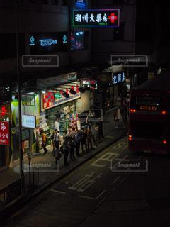 にぎやかな街通りを間近にの写真・画像素材[2767177]