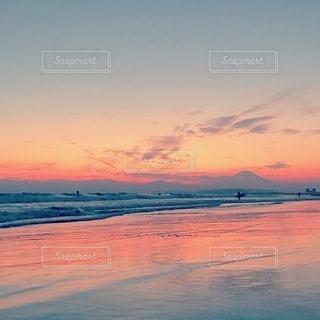 水の体に沈む夕日の写真・画像素材[3577481]