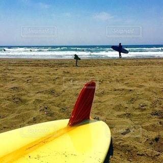 サーフボードがあるビーチの写真・画像素材[3577499]