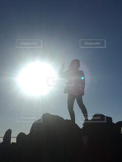 女性,風景,空,屋外,太陽,山,シルエット,光,岩,逆光,人,立つ