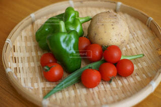 食べ物,屋内,鮮やか,野菜,ミニトマト,かご,食品,ピーマン,健康,オクラ,食材,竹かご,フレッシュ,ベジタブル,カゴ,ザル,プラムトマト