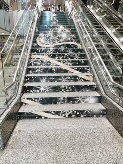 階段のクリスマスツリーの写真・画像素材[2778750]