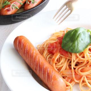 食べ物の皿をテーブルの上に置くの写真・画像素材[3231302]