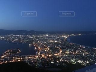 都市を背景にした大きな水域の眺めの写真・画像素材[2773114]