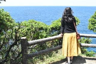 海を見つめる女性の写真・画像素材[2776551]