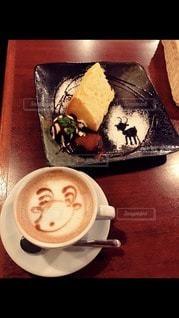 コーヒー1杯の隣の皿にケーキを一切れの写真・画像素材[2892329]