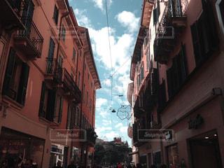 建物の側面に建物がある狭い街の通りの写真・画像素材[2916992]