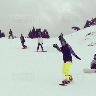 雪に覆われた斜面をスキーに乗る人々のグループの写真・画像素材[2946455]