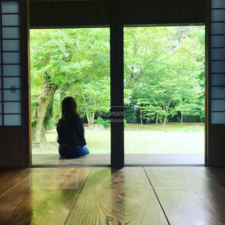 窓の前に立っている人の写真・画像素材[3212570]