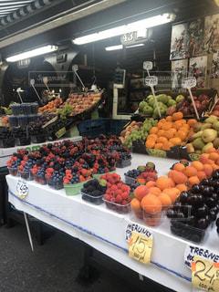 店内に展示されている様々な果物や野菜の写真・画像素材[3221397]