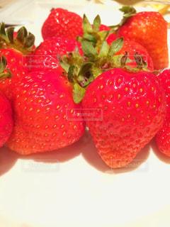 赤い果物のクローズアップの写真・画像素材[3221396]