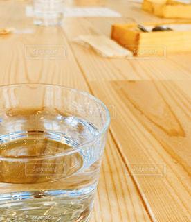 木製テーブルとお水の写真・画像素材[2878309]