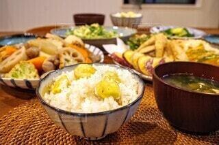 栗ごはん🌰栗ごはんテーブルの上に食べ物を1杯入れるの写真・画像素材[3711464]