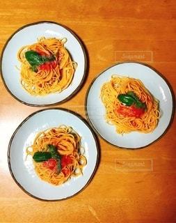テーブルの上の食べ物の皿の写真・画像素材[2775020]