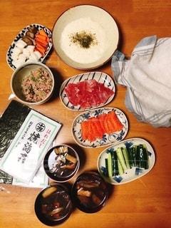 食べ物の皿をトッピングした木製のテーブルの写真・画像素材[2775032]
