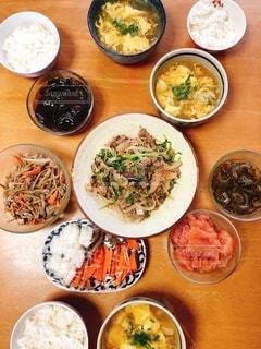 テーブルの上の食べ物のボウルの写真・画像素材[2775033]