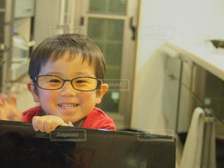 子ども,ファッション,アクセサリー,眼鏡,人物,人,笑顔,幼児,男の子,息子,メガネ,3歳,メガネ男子