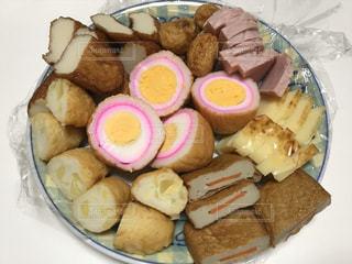 皿の上に異なる種類の食べ物で満たされた箱の写真・画像素材[2877004]