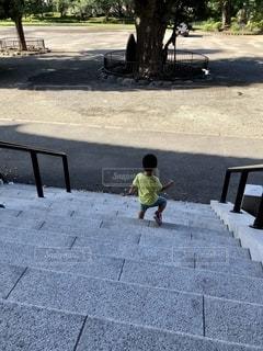 階段を降りている少年の写真・画像素材[2785059]