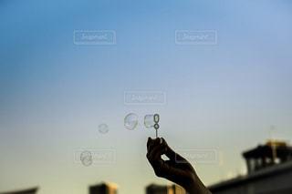 マジックアワーとシャボン玉の写真・画像素材[2889249]