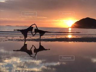 友だち,2人,自然,海,空,太陽,ビーチ,夕暮れ,水面,光,夕陽,インスタ映え,日本のウユニ