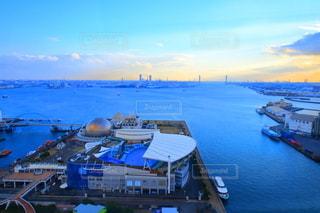 澄み渡る空と港の写真・画像素材[3240564]