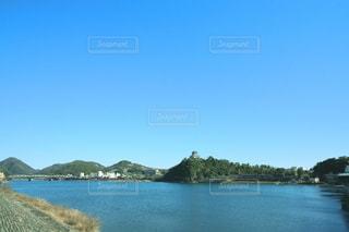 青空の下に佇むお城と清流の写真・画像素材[3240555]