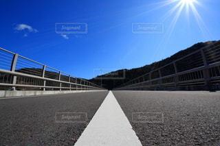 青空の下に伸びる道の写真・画像素材[3240571]