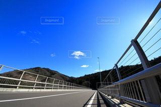 青空の下に伸びるドライブコースの写真・画像素材[3240569]