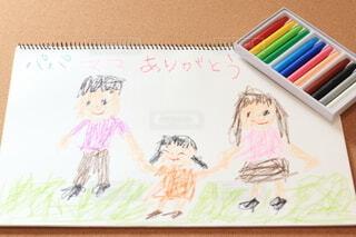 クレヨンでスケッチブックに描かれた家族の絵の写真・画像素材[3928760]