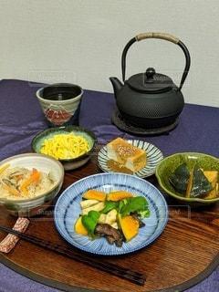 テーブルの上の食べ物の皿の写真・画像素材[2789012]