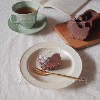 カフェ,リラックス,ティーカップ,ティータイム,紅茶,カッティングボード,ガトーショコラ,おうちカフェ,ドリンク,おうち,ライフスタイル,おうち時間,woodsware