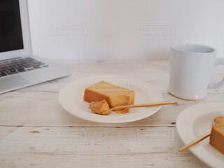 食べ物,カフェ,ケーキ,屋内,デザート,テーブル,皿,リラックス,マグカップ,食器,コーヒータイム,おうちカフェ,チーズケーキ,おうち,ライフスタイル,ファストフード,おうち時間