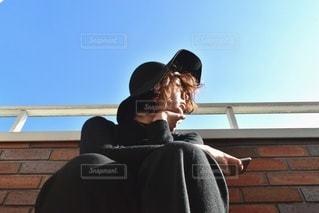 女性,1人,ファッション,空,屋外,青空,黒,帽子,日差し,人物,人,コーディネート,コーデ,赤レンガ,日中,ブラック,黒コーデ