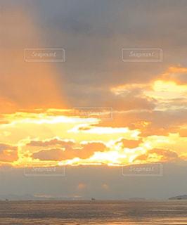 空と雲と夕陽の写真・画像素材[2878239]
